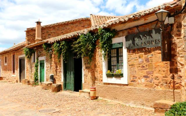 Fachada típica de Castrillo de los Polvazares - Destino Castilla y León