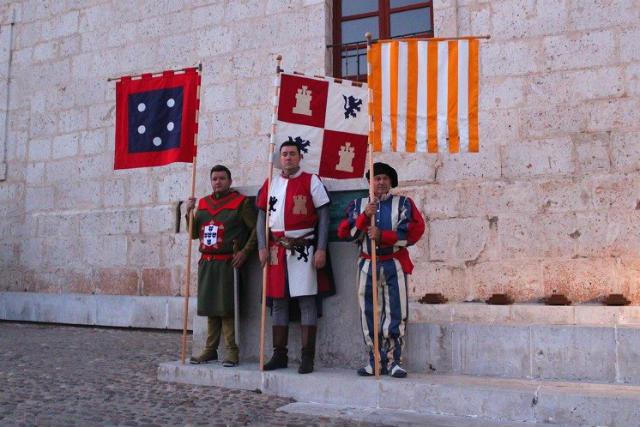 Portaestandartes de Castilla y León, de Portugal y del Papado en una recreación de este tratado de Tordesillas - Imagen de Tordesillas al Día
