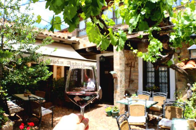 Disfruta del aperitivo con un vino de León en el Restaurante Casa Juan - Destino Castilla y León