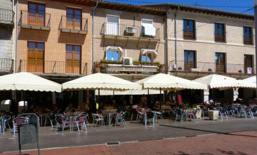 Soportales de la Plaza Mayor de la Hispanidad en Medina del Campo donde hay bastantes restaurantes - Destino Castilla y León