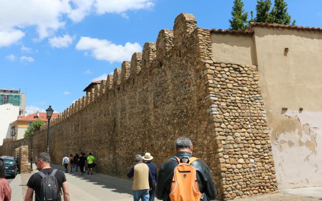 Reconstrucción de los restos de la muralla del burgo exterior de León - Destino Castilla y León