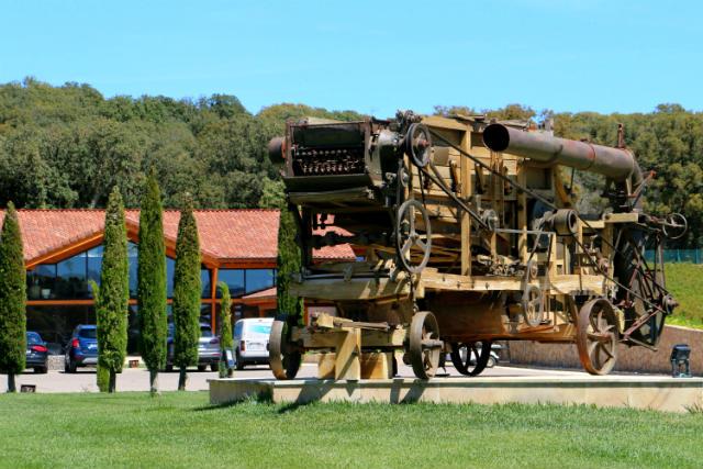 Maquinaria antigua expuesta a la entrada de la granja - Destino Castilla y León
