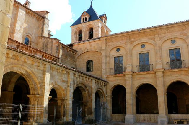 Claustro de la Basílica de San Isidoro, donde se realizaron las primeras cortes parlamentarias - Destino Castilla y León