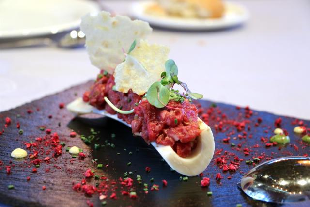 Tartar de carne de wagyu con salsas preparadas - Destino Castilla y León