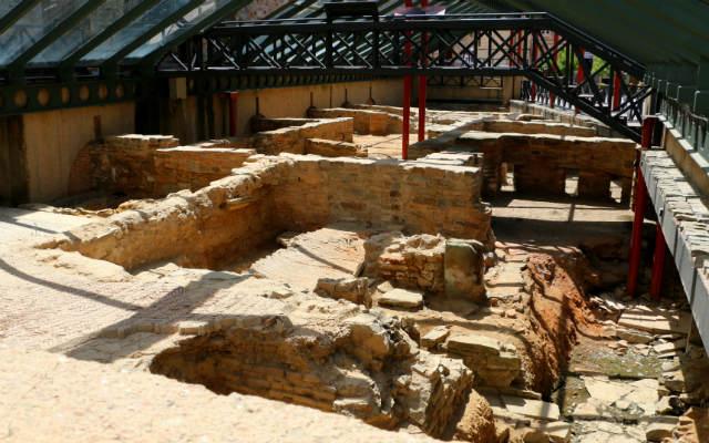 Restos romanos originales protegidos por una estructura en Astorga - Destino Castilla y León