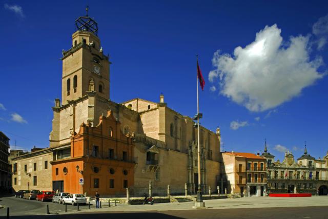 Colegiata de San Antolin con su famoso balconada en la fachada - Imagen de Cardinalia