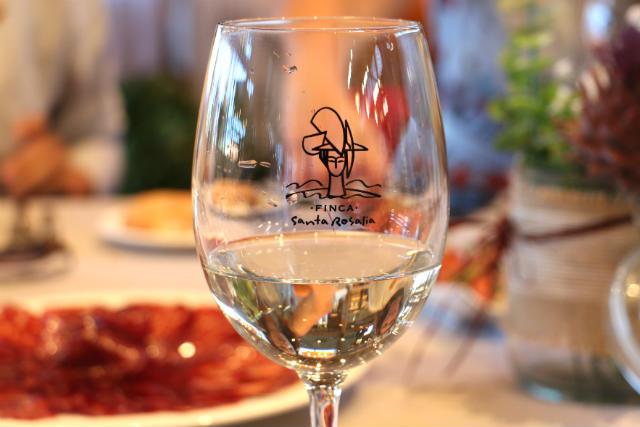 Vino blanco durante la comida en la Granja Santa Rosalía - Destino Castilla y León