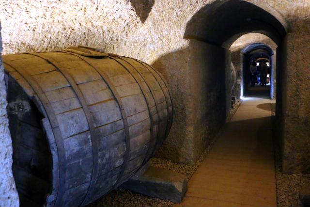 Toneles centenarios dentro de la bodega tradicional de Granja Santa Rosalía - Destino Castilla y León