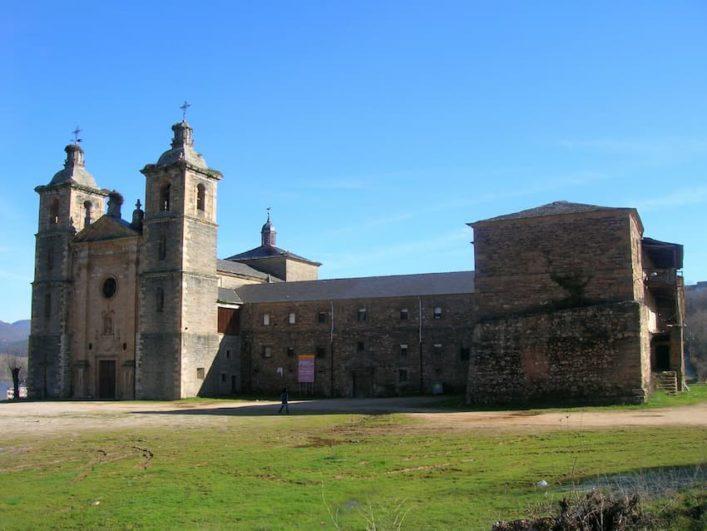 Monasterio_de_San_Andrés_de_Vega_de_Espinareda_Fuente_Wikipedia