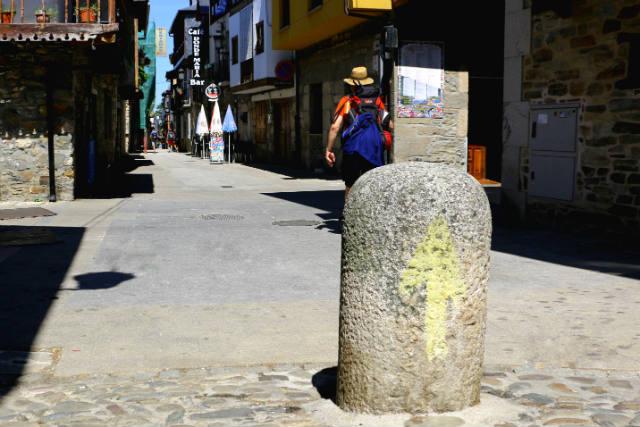 Peregrino en la Calle Real de Molinaseca - Destino Castilla y León