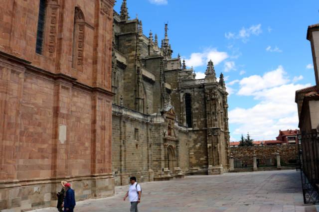 Entrada renacentista en el lateral de la Catedral de Astorga - Destino Castilla y León