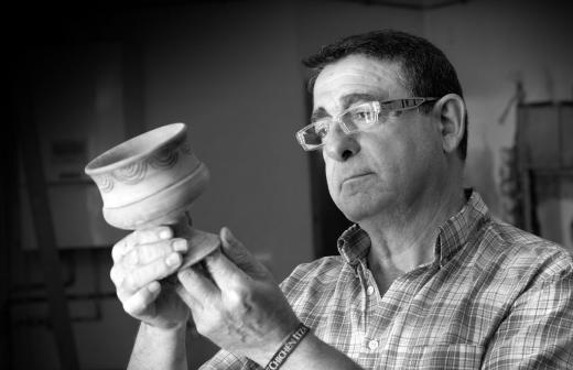 El artesano Carlos Jimeno, encargado de la realizar la señalización - Imagen de la Ruta