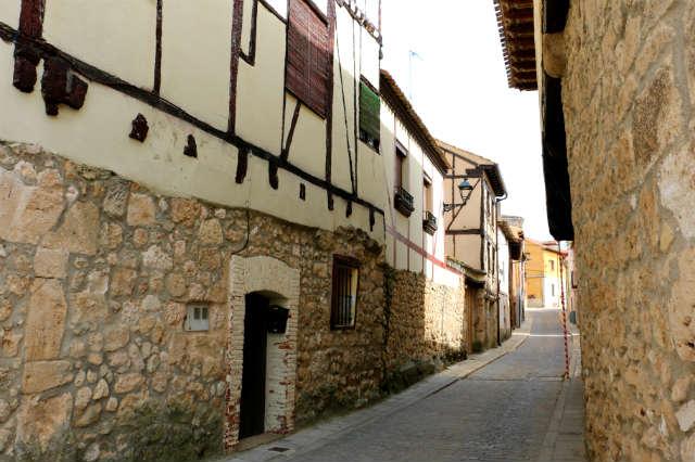 Calles de Gumiel de Izán con su arquitectura popular - Destino Castilla y León