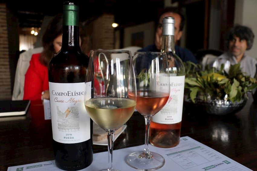 Degustación de vino blanco y rosado en Bodega Campo Eliseo