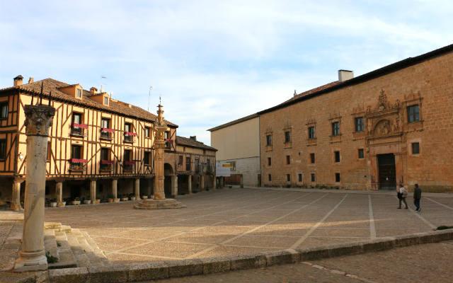 Plaza mayor con el palacio y su ampliación moderna - Destino Castilla y León