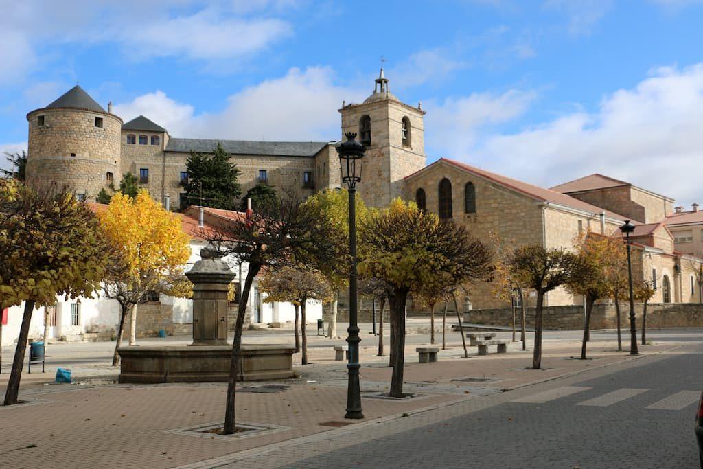 Plaza de Navas del Marqués donde se observa el conjunto arquitectónico
