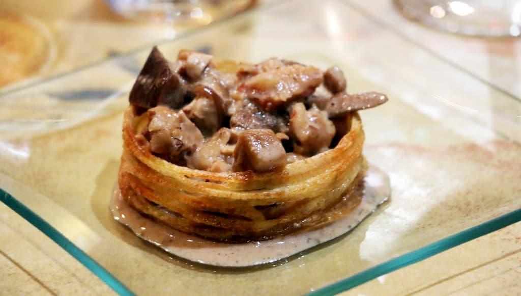tapa de crujiente de patata con pollo, níscalos y reducción de Pedro Ximenez.