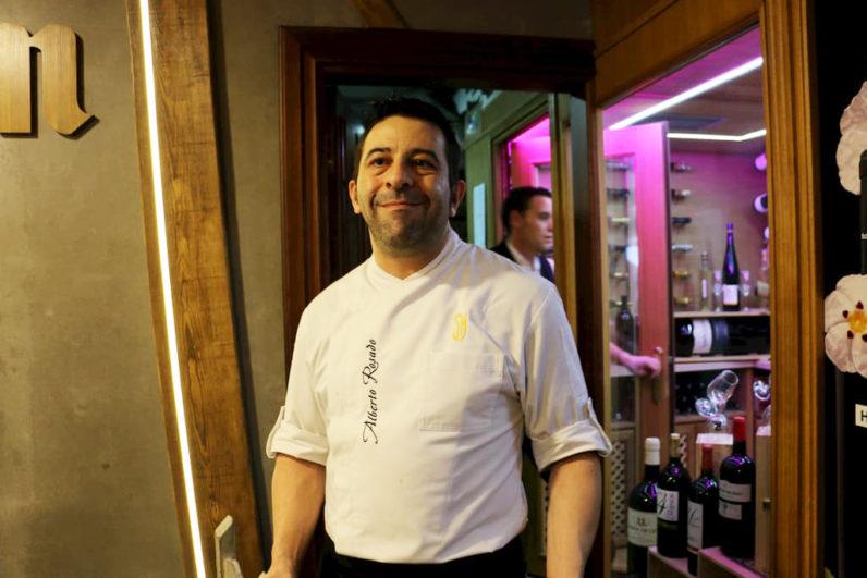 Alberto Rosado junto a la nueva bodega donde se almacenan vinos de primeras marcas