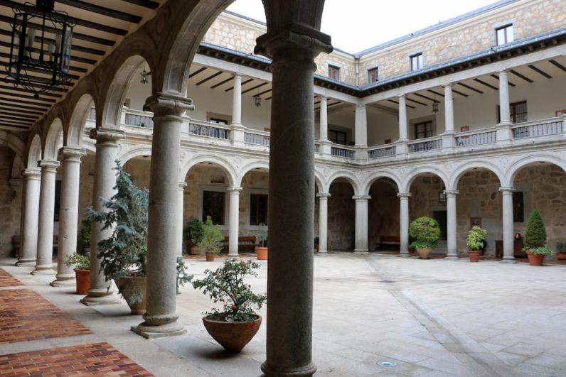 Patio porticado del Castillo Palacio de Magalia