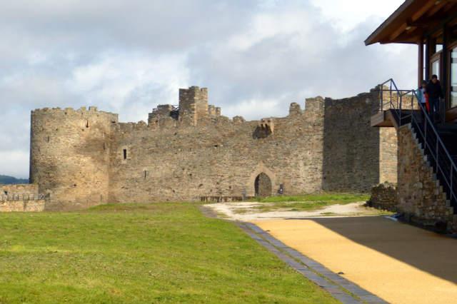 Patio interior del Castillo viejo de los Templarios en Ponferrada - Destino Castilla y León