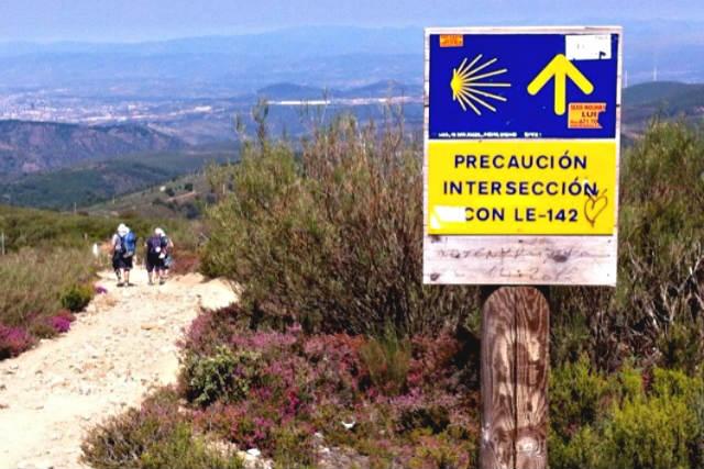 Bajando a El Acebo por el Camino de Santiago - Destino Castilla y León