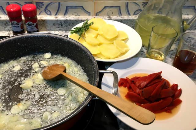 Añadimos las patatas, los pimientos y el pimentón - Destino Castilla y León