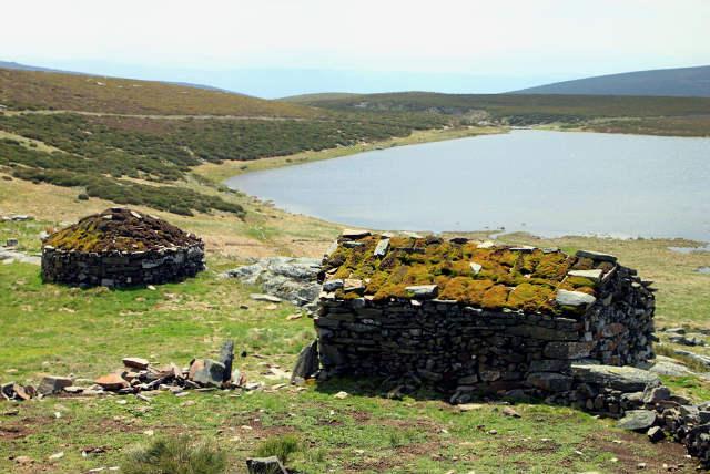 Laguna de las Yeguas y antiguos chozos de pastores - Imagen de Wikipedia
