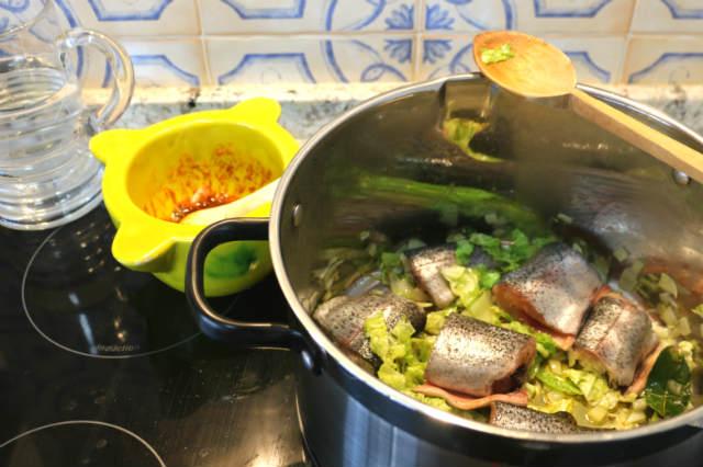 Freimos las truchas en el sofrito y añadimos el agua - Destino Castilla y León