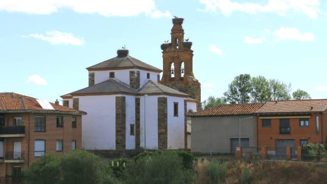Iglesia de la Purificación desde el puente sobre el Órbigo - Destino Castilla y León