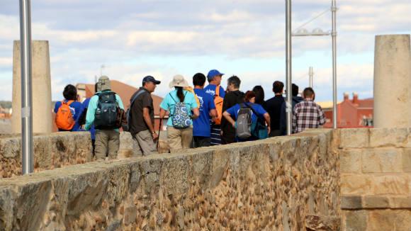 Peregrinos modernos atravesando el puente del Passo Honroso - Destino Castilla y León