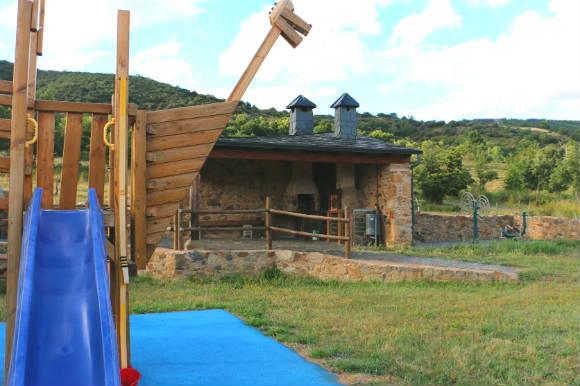 Parque infantil con barbacoa, horno y lugar para comer en Berlanga del Langre - Destino Castilla y León