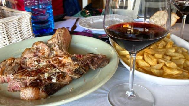 Chuletón de carne a la brasa con vinos de Toro - Destino Castilla y León