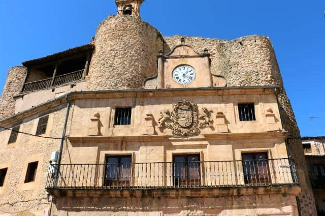 Castillo de Fernán Gonzalez presidiendo la Plaza de España de Sepúlveda con su torre del reloj - Destino Castilla y León