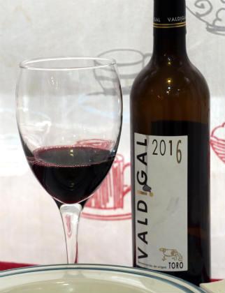 Copa y botella de Valdigal 2016 - Destino Castilla y León