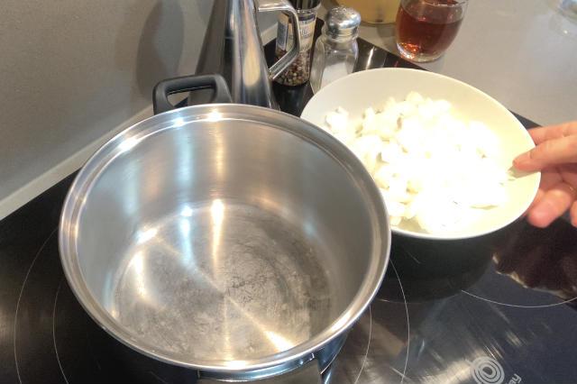 Picamos y pochamos la cebolla en una olla grande con aceite de oliva - Destino Castilla y León