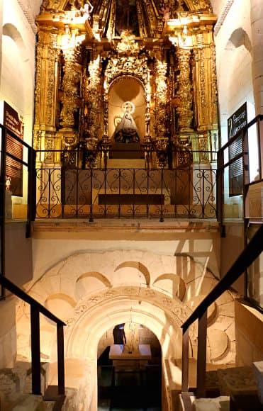 Bajada a la cripta de la antigua Iglesia de los Santos Justo y Pastor - Destino Castilla y León