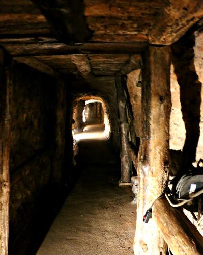 Dentro de una de las minas de manganeso de Puras de Villafranca - Destino Castilla y León