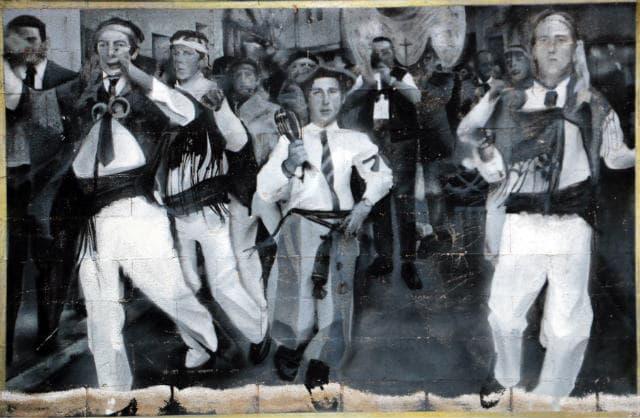 Mural dedicado a las Danzas de Belorado en la Plaza Mayor - Destino Castilla y León