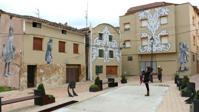 Plaza de San Nicolás decorada con murales - Destino Castilla y León