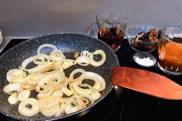 Tras pochar la cebolla añadimos las setas, la maicena, el vino y el caldo de pescado - Destino Castilla y León