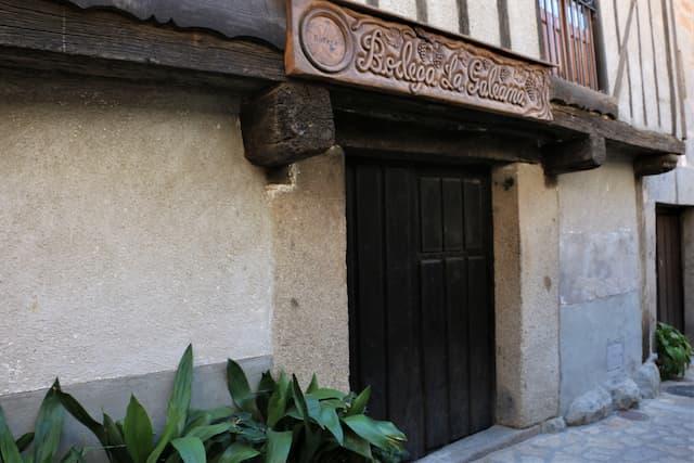 Puerta de una bodega en Sequeros - Destino Castilla y León