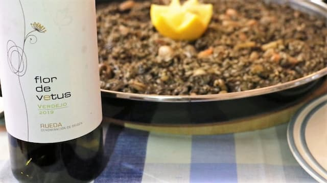 Armonía con un arroz negro del verdejo Flor de Vetus - Destino Castilla y León