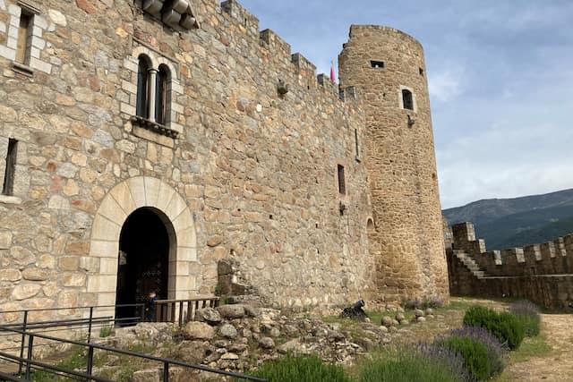 Acceso a la fortaleza desde el patio exterior del castillo - Destino Castilla y León