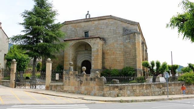 Entrada a la Iglesia del Salvador de La Adrada - Destino Castilla y León