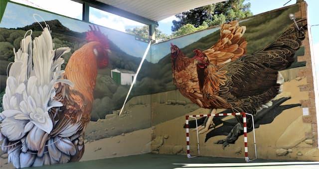 Gran mural de arte urbano en Garcibuey del gallo y las gallinas en Garcibuey - Destino Castilla y León