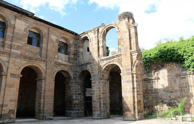 Claustro del monasterio transformado en patio - Destino Castilla y León