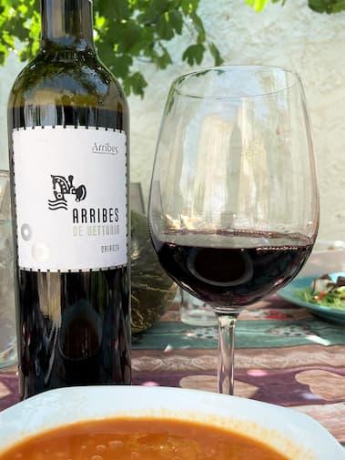 Botella y copa de vino Arribes de Vetonia Crianza - Destino Castilla y León