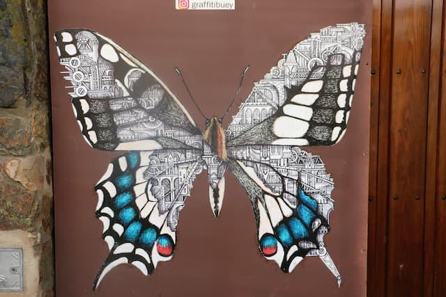 Mural de mariposa de Arte Urbano de Garcibuey - Destino Castilla y León