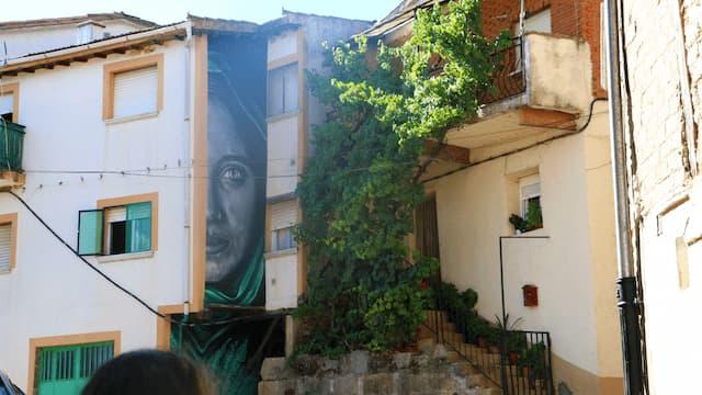 Mural en una fuente, arte urbano de Garcibuey - Destino Castilla y León