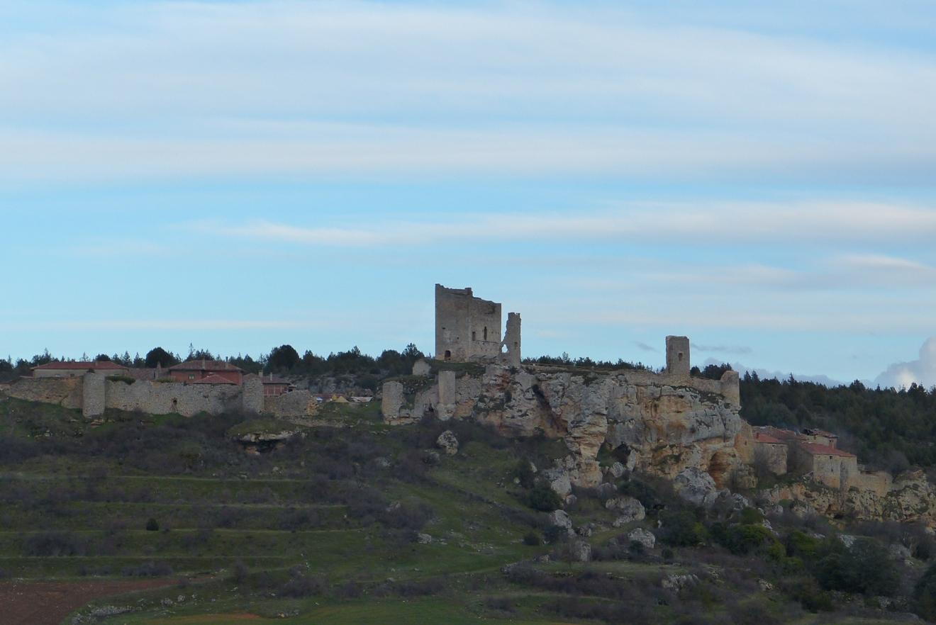 Vistas desde el valle del cerro de Catalañazor. algo más de detalle del castillo en ruinas